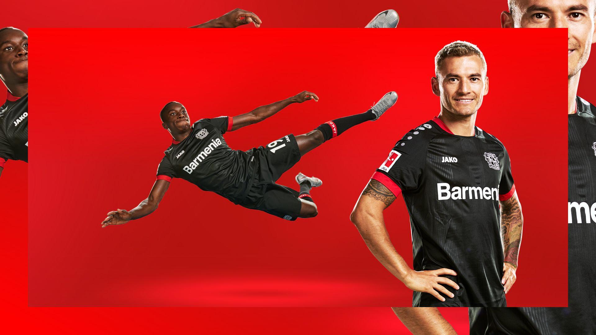 Moussa Diaby und Charles Aranguiz präsentieren das Heimtrikot der Saison 2020/21.